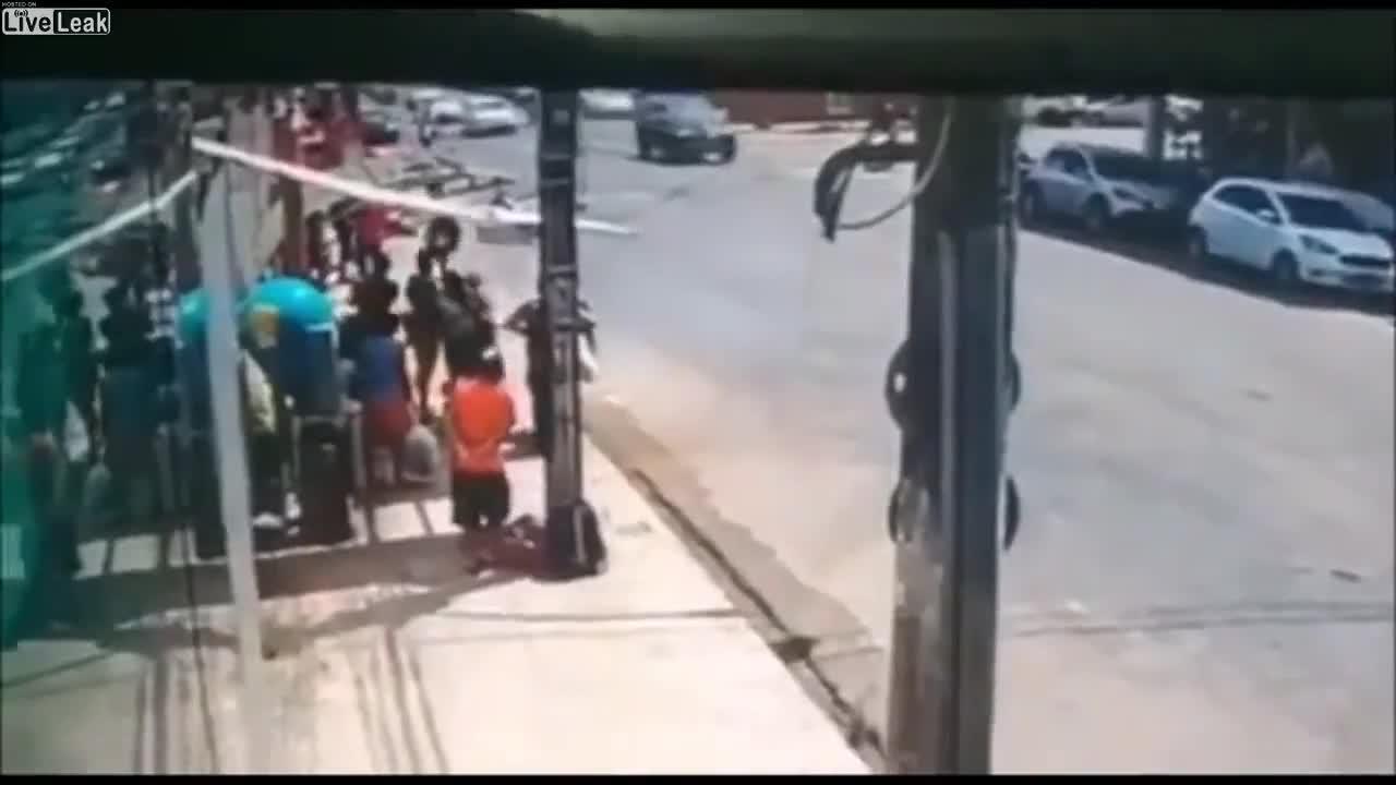 Mới- nóng - Clip: Hai cô gái kết hợp tung chiêu bắt cướp đầy ngoạn mục