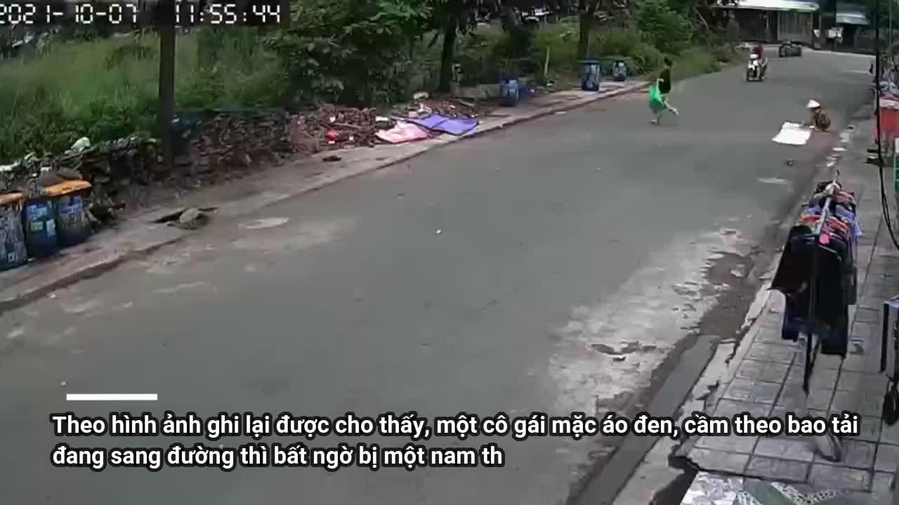 Mới- nóng - Clip: Đi bộ sang đường, cô gái bị cướp giật dây chuyền trong tích tắc