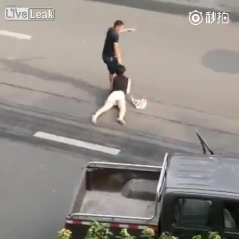 Mới- nóng - Clip: Cô gái trẻ bị nam thanh niên niên túm tóc rồi kéo lê trên phố