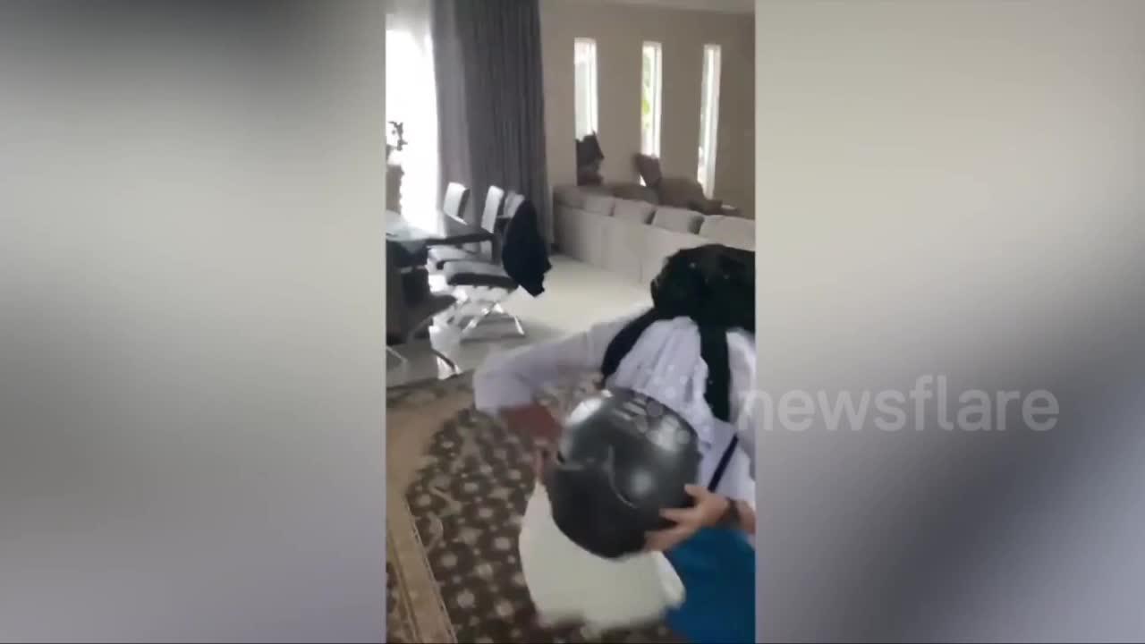 Giải trí - Clip: Nữ sinh vật lộn vì mũ bảo hiểm mắc kẹt trên đầu