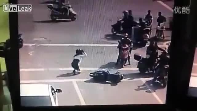 Mới- nóng - Clip: Đánh cô gái sau va chạm, nam thanh niên nhận ngay kết đắng