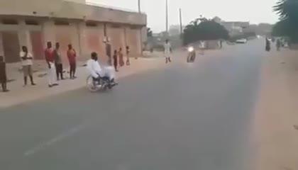 Giải trí - Clip: Đang ngồi xe lăn, thanh niên bật dậy bỏ chạy khi xe máy lao tới