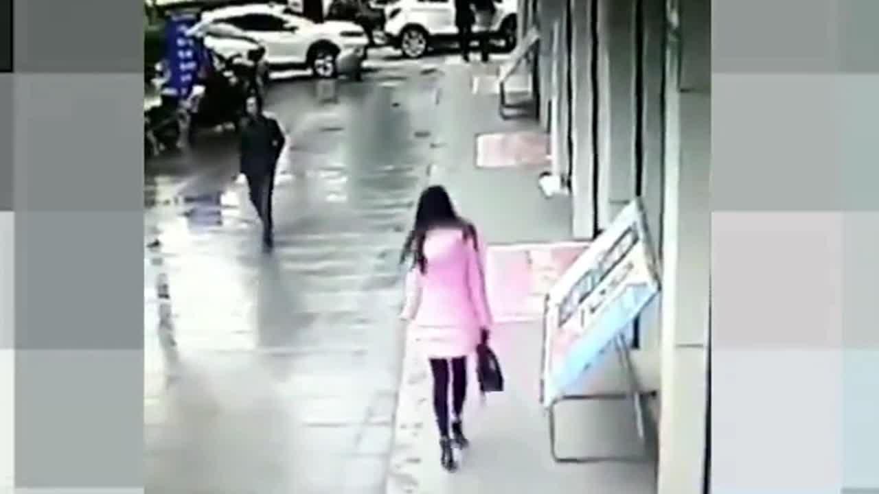 Mới- nóng - Clip: Chặn đường cô gái để giật túi xách, tên cướp nhận ngay kết đắng
