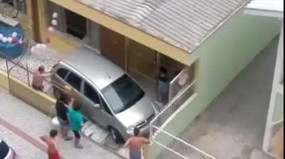 Giải trí - Clip: Cận cảnh màn lùi xe ra khỏi nhà tốn công sức nhất thế giới