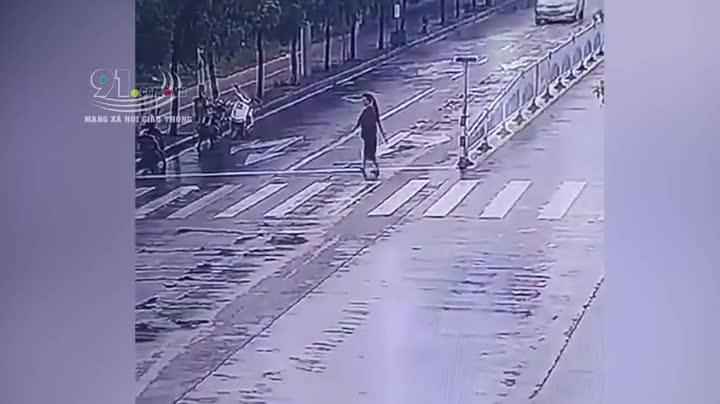 Mới- nóng - Clip: Sang đường không quan sát, người phụ nữ bị húc bay lên nóc ô tô