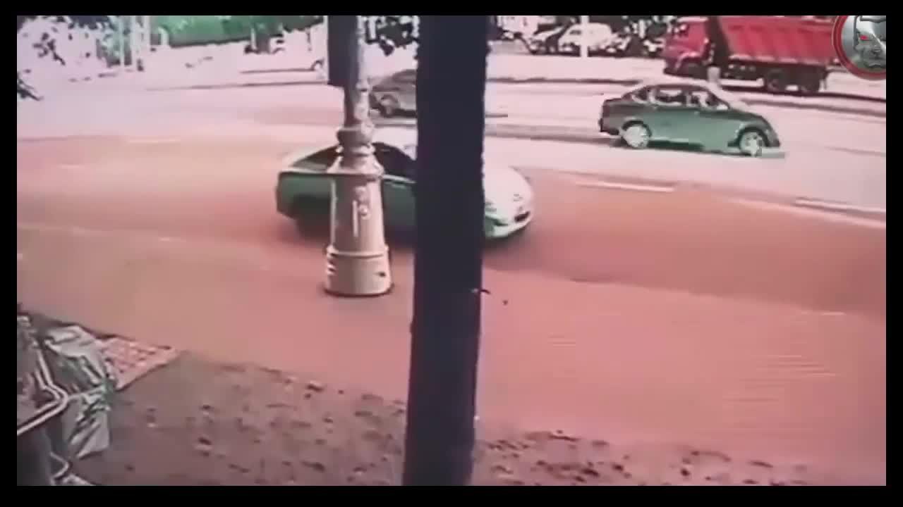 Mới- nóng - Clip: Ô tô 'điên' lao lên vỉa hè, tông 2 người đi bộ văng cả chục mét