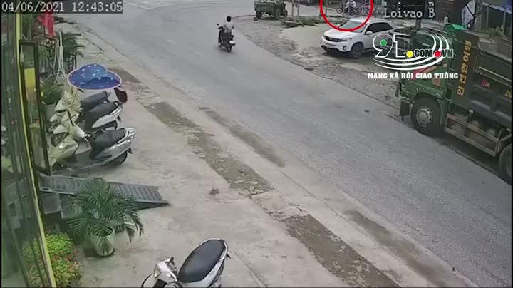 Mới- nóng - Clip: Phanh 'cháy lốp', container vẫn tông văng 2 người đi xe máy