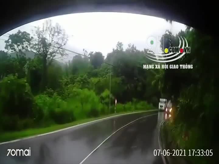 Mới- nóng - Clip: Cố tình vượt ẩu ở khúc cua, xe sang Mercedes suýt bị 'kẹp chả'