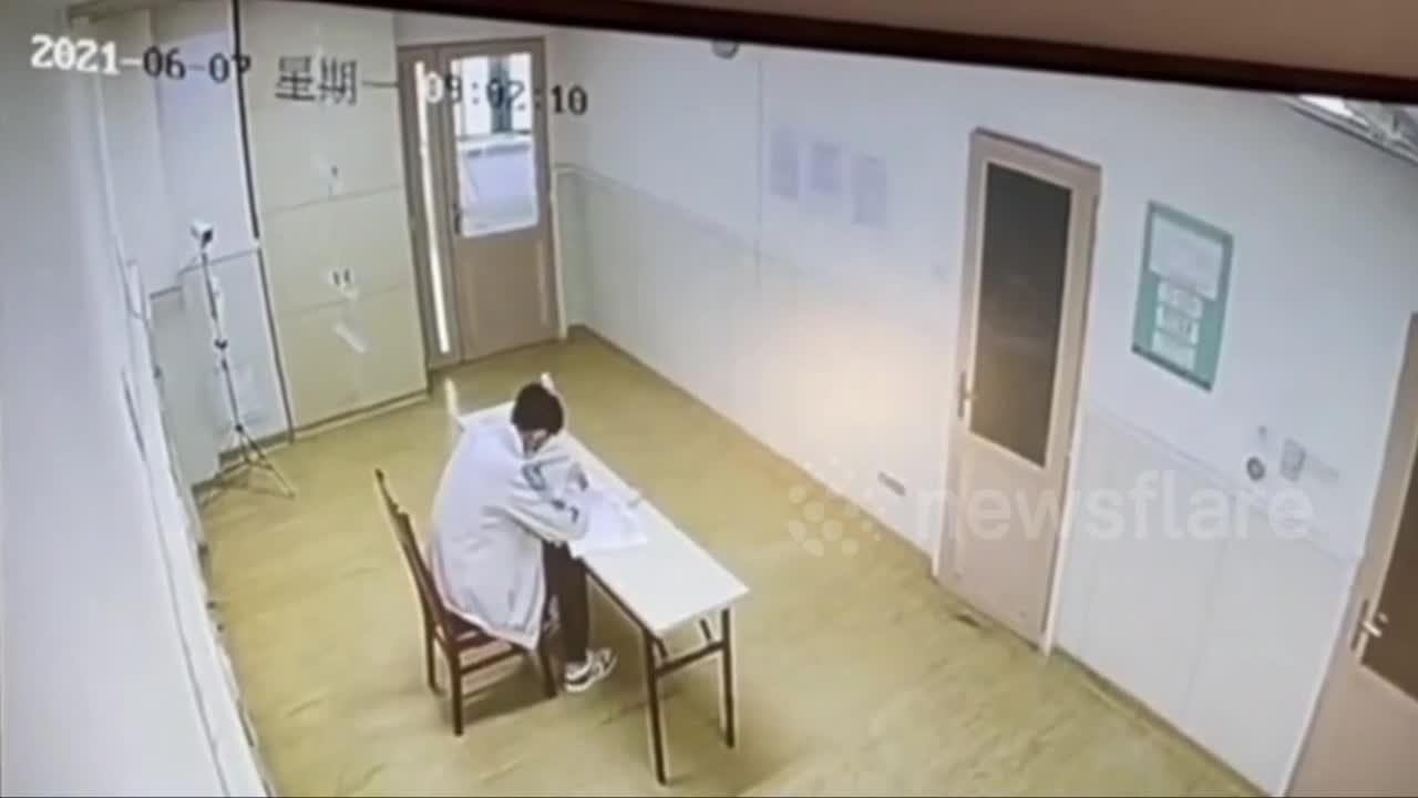 Giải trí - Clip: Học sinh một mình một phòng thi vào đại học vì nhiễm Covid-19