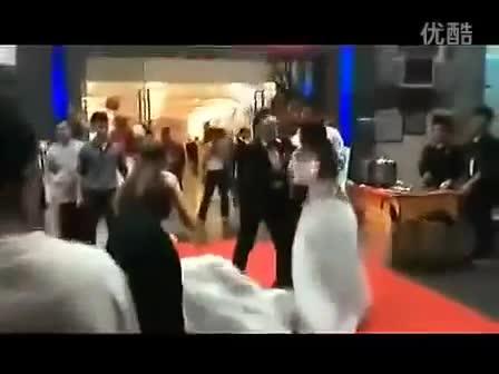 Mới- nóng - Clip: Hai cô dâu lao vào đánh nhau để tranh chú rể và cái kết bất ngờ