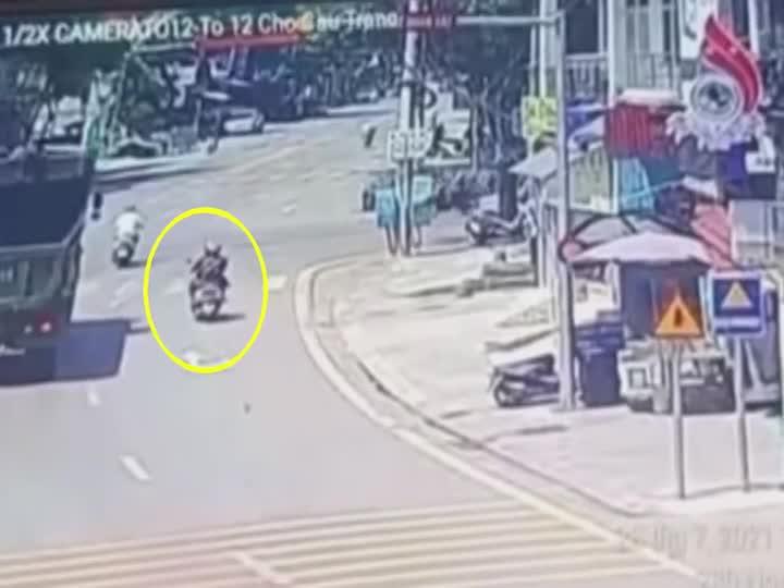 Mới- nóng - Clip: Đi vào điểm mù, người phụ nữ bị xe ben cuốn vào gầm ở Bắc Giang