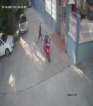 Mới- nóng - Clip: Va chạm, người phụ nữ bay qua nắp capo như phim hành động