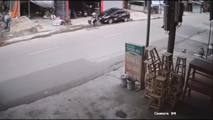 Mới- nóng - Clip: Đâm vào xe đang dừng đỗ, ô tô con lật như phim hành động