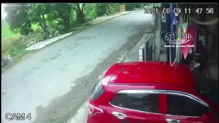 Mới- nóng - Clip: Bé gái bị ô tô cuốn vào gầm và màn thoát chết cực khó tin
