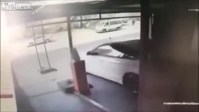 Mới- nóng - Clip: Nhầm chân ga, nữ tài xế khiến BMW lao từ tầng 5 xuống đất