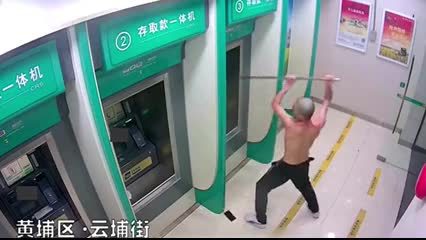 An ninh - Hình sự - Clip: Người đàn ông đập phá cây ATM vì… mất ngủ