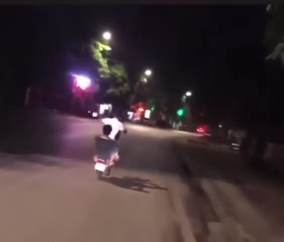 Mới- nóng - Clip: Trổ tài bốc đầu giữa đêm khuya, 2 thanh niên nhận ngay kết đắng