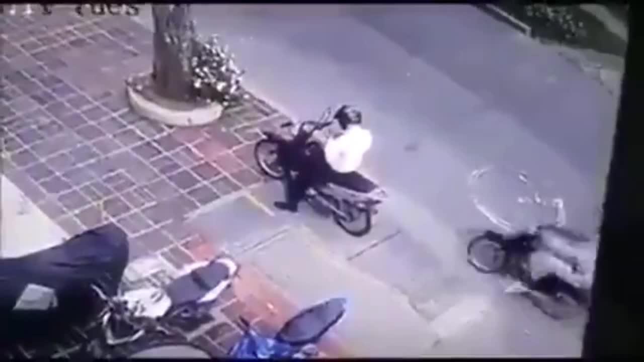 Mới- nóng - Clip: Đi cướp điện thoại, nam thanh niên bị dân vây bắt giữa phố