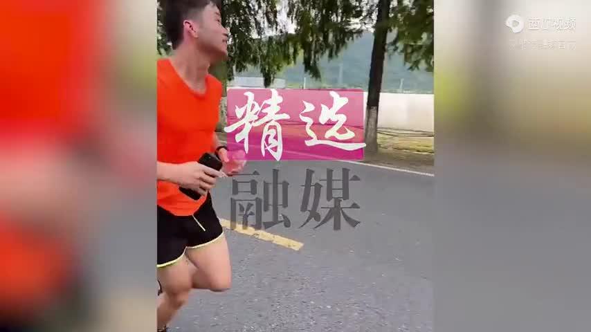 Giải trí - Clip: Cãi lại vợ không được, chồng chạy bộ 30km về nhà ngoại kể tội