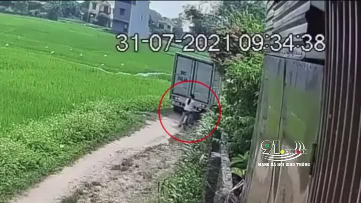 Mới- nóng - Clip: Xe tải lùi ẩu suýt 'nuốt chửng' bé gái đi xe đạp vào gầm