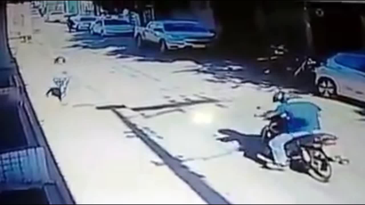 Mới- nóng - Clip: Đi cướp bị dân vây bắt, thanh niên vứt xe bỏ chạy bạt mạng