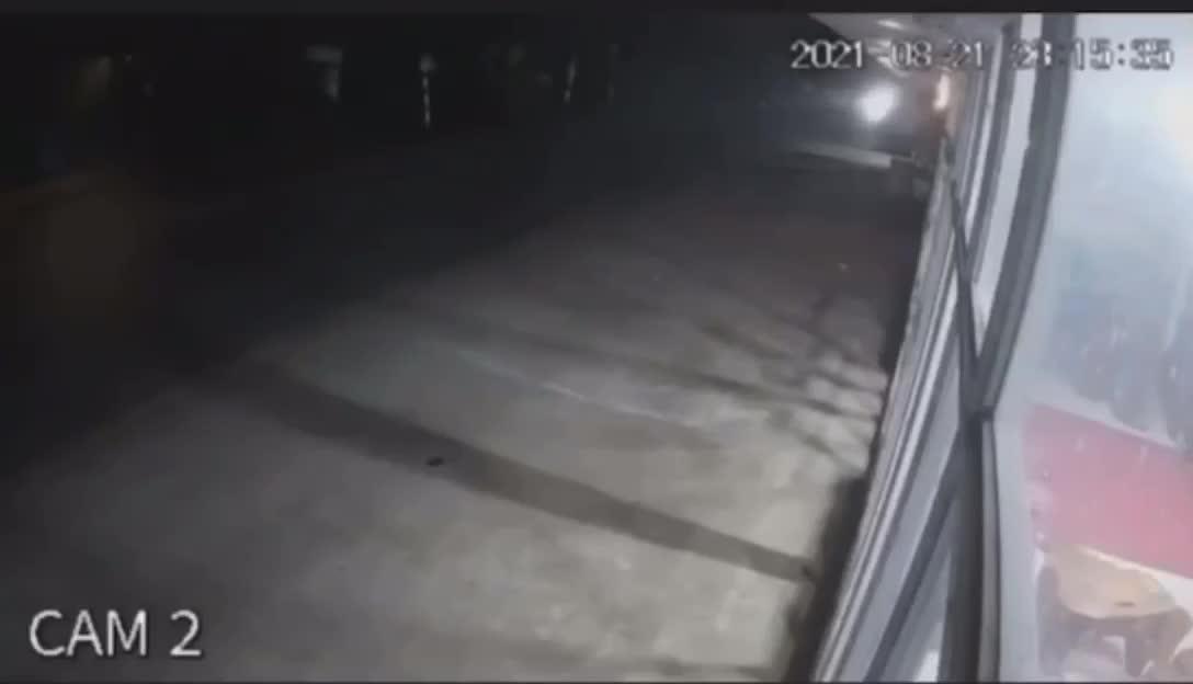Mới- nóng - Clip: Khoảnh khắc ô tô con chạy lấn làn, đấu đầu xe bán tải ở Hà Giang