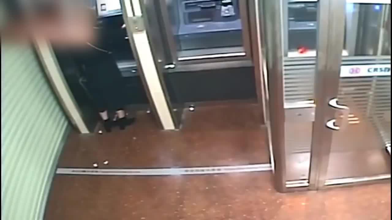 Giải trí - Clip: Thấy tài khoản nạn nhân hết tiền, tên cướp có phản ứng bất ngờ