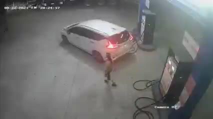 Cộng đồng mạng - Hành vi không đẹp của tài xế ô tô ở cây xăng (Hình 2).