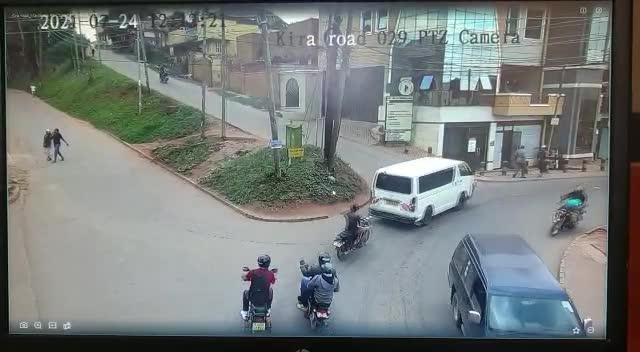 Mới- nóng - Clip: Nam thanh niên bị 14 đối tượng tấn công, cướp tiền ngay giữa phố