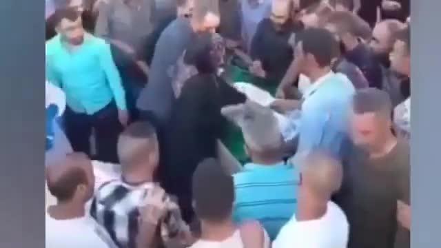 Mới- nóng - Clip: Người đàn ông bất ngờ sống lại ngay trong đám tang của mình