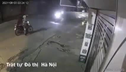 Mới- nóng - Clip: Nữ công nhân bất lực gào khóc khi bị cướp xe máy trong đêm