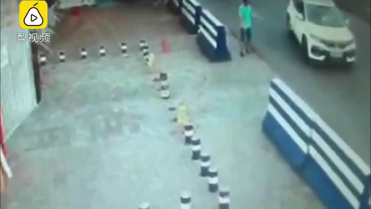 Mới- nóng - Clip: Chồng đứng dưới đường xi nhan, vợ nhầm chân ga húc bay bảo vệ