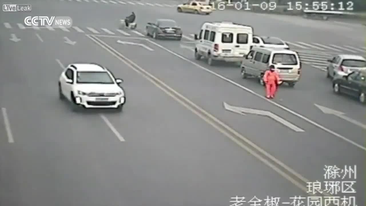 Mới- nóng - Clip: Bị xe tải tông trúng, nam công nhân sống sót cực khó tin