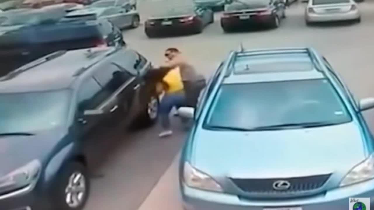 Mới- nóng - Clip: Mất chỗ đậu xe, gã đàn ông xăm trổ túm tóc đánh cô gái dã man