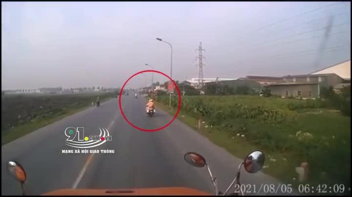 Mới- nóng - Clip: Chạy CSGT, 2 cô gái đi SH khiến container lao xuống mương