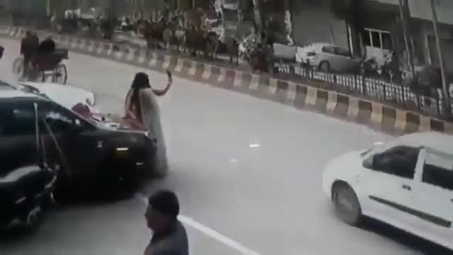Mới- nóng - Clip: Đang chụp ảnh tự sướng, 2 cô gái bị cướp điện thoại trên tay