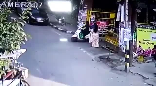 Mới- nóng - Clip: Hai tên cướp giật túi xách, kéo lê người phụ nữ trên phố