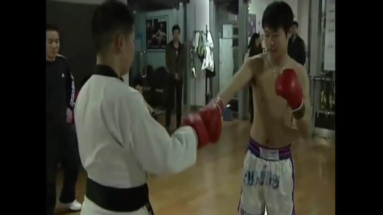 Giải trí - Clip: Tỉ thí võ sĩ Muay Thái, cao thủ Taekwondo bất tỉnh sau 7 giây