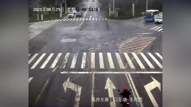 Mới- nóng - Clip: Bị xe tải va trúng đầu, người đàn ông thoát chết nhờ mũ bảo hiểm