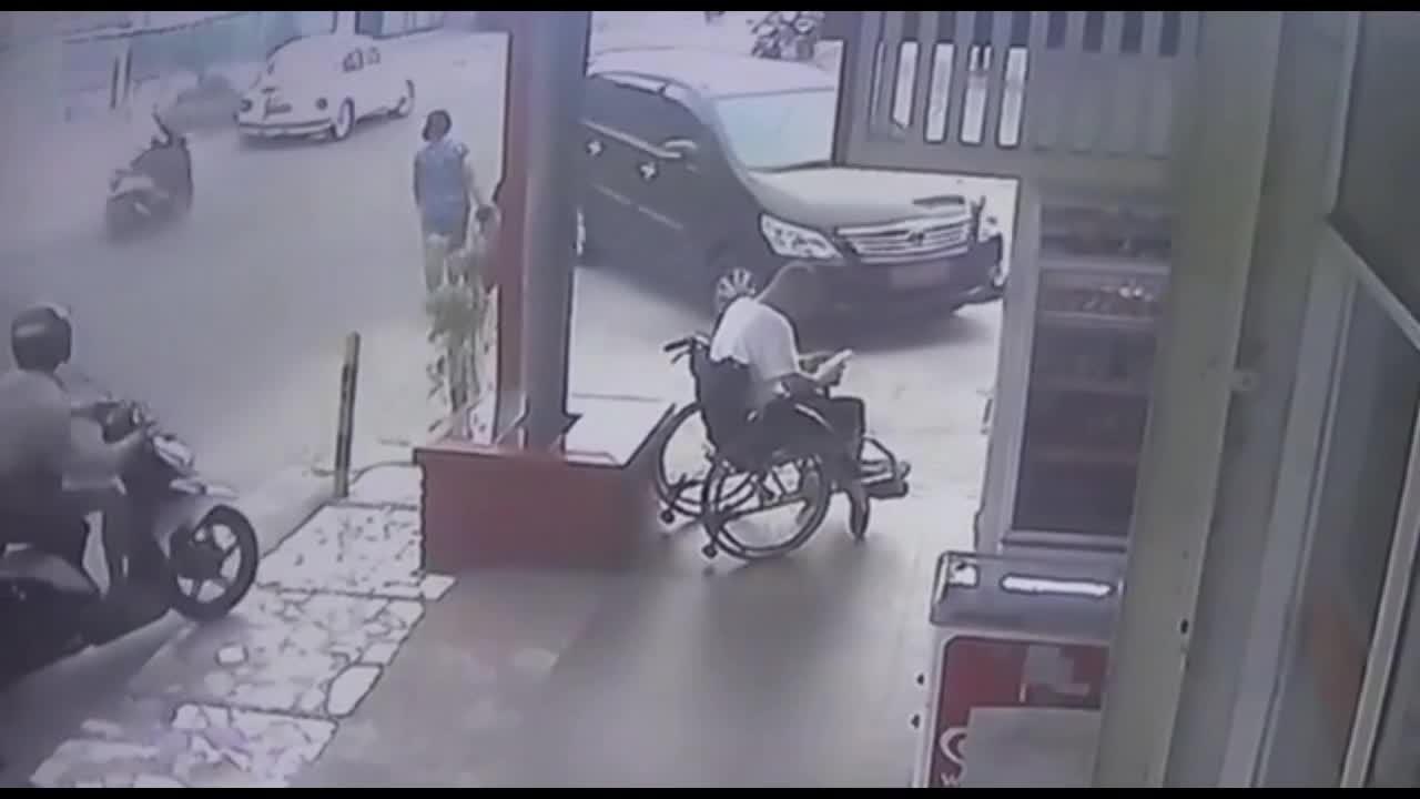 Mới- nóng - Clip: Cướp táo tợn giật điện thoại trên tay người đàn ông ngồi xe lăn