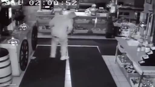 Giải trí - Clip: Trộm đột nhập vào cửa hàng ăn 10 quả chuối rồi nằm lăn ra ngủ