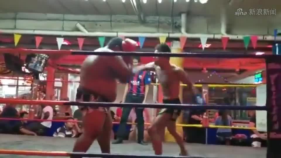 Giải trí - Clip: Võ sĩ Muay Thái tung 'vô ảnh cước' hạ gục đối thủ nặng 100kg