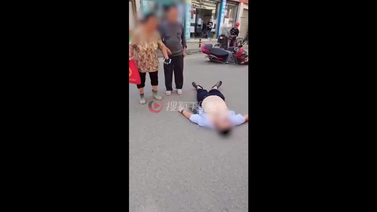 Mới- nóng - Clip: Thanh niên nằm lăn ra đường đòi tiền mẹ và nguyên nhân phía sau