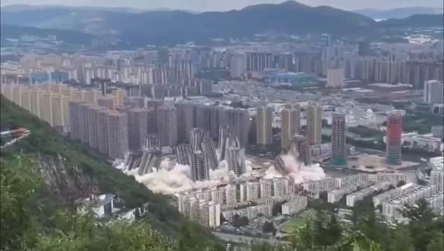 Mới- nóng - Clip: Khoảnh khắc 15 tòa nhà cao tầng bị đánh sập trong 45 giây