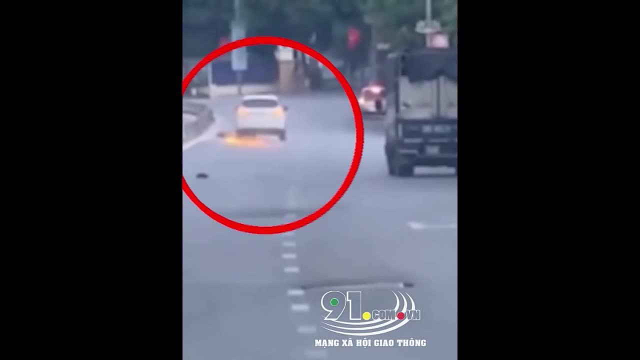 Mới- nóng - Clip: Gây tai nạn bỏ chạy, ôtô 'điên' kéo lê xe máy tóe lửa trên đường