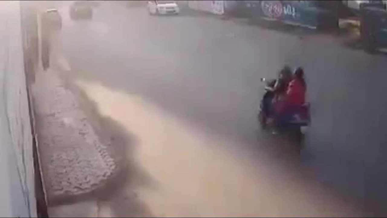 Mới- nóng - Clip: Người phụ nữ bị cướp giật túi xách giữa phố và cái kết ngỡ ngàng