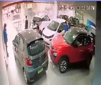 Mới- nóng - Clip: Vừa mua ô tô mới, khách hàng lao xe từ tầng hai đại lý xuống đất