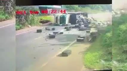 Mới- nóng - Clip: Mất lái khi vào cua, xe tải lật nghiêng rồi trượt dài trên đường