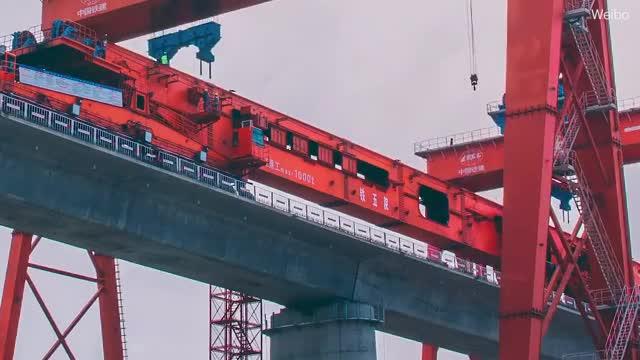 Cận cảnh quá trình cỗ máy khổng lồ xây cầu đường sắt vượt biển dài 15km