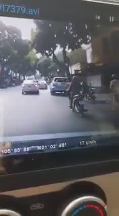 Vi phạm giao thông, thanh niên cố tình dắt xe chạy CSGT và cái kết
